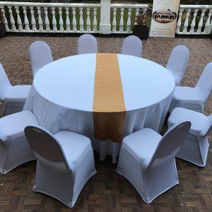 Auksinės spalvos stalo takelis