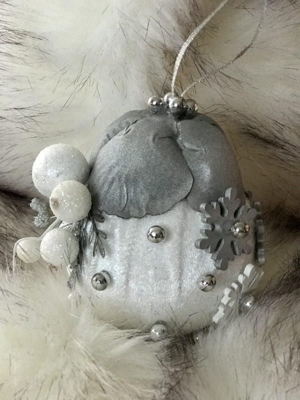 Baltos-pilkos spalvos Kalėdinis žaisliukas
