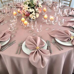 Persiko spalvos stalo staltiesė