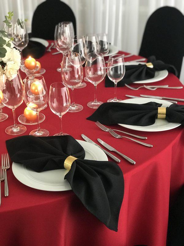 Raudonos spalvos stalo staltiesė