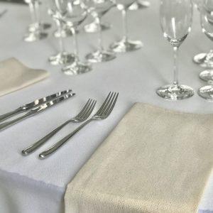 Drobinė stalo servetėlė 0,50x0,50 cm. Nuomos kaina 0,6 €.