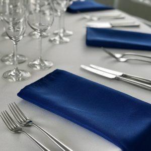 Mėlynos spalvos stalo servetėlė 50x50cm. Nuomos kaina 0,5 €.