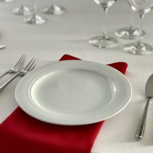 Raudonos spalvos stalo servetėlė 50x50cm. Nuomos kaina 0,5 €.