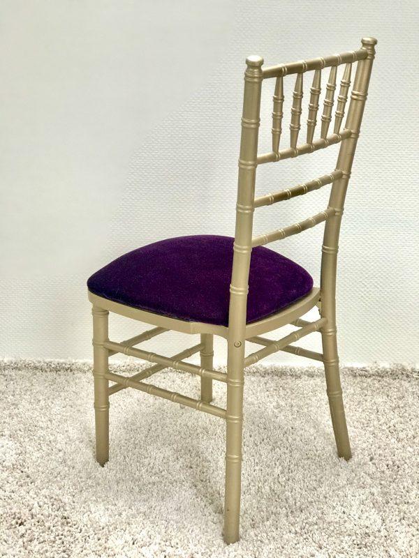 Chiavari kėdė su Baklažano spalvos veliūro pagalvėle. Nuomos kaina 3€/Vnt.
