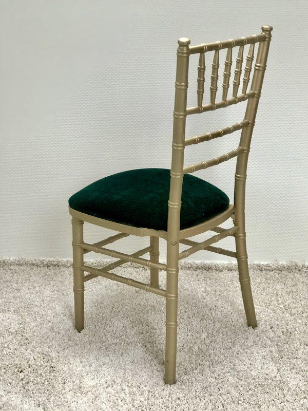 Chiavari kėdė su Tamsiai žalios spalvos veliūro pagalvėle. Nuomos kaina 3€/Vnt.