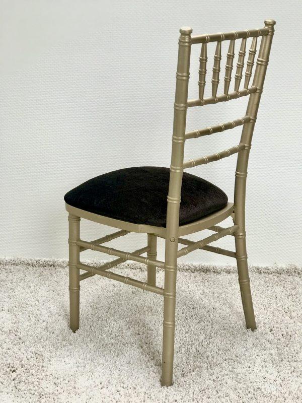 Chiavari kėdė su Tamsiai rudos spalvos veliūro pagalvėle. Nuomos kaina 3€/Vnt.