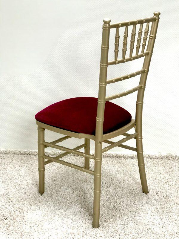 Chiavari kėdė su Bordo spalvos veliūro pagalvėle. Nuomos kaina 3€/Vnt.