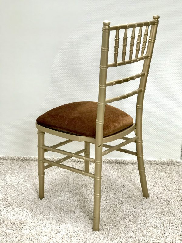 Chiavari kėdė su Vario spalvos veliūro pagalvėle. Nuomos kaina 3€/Vnt.