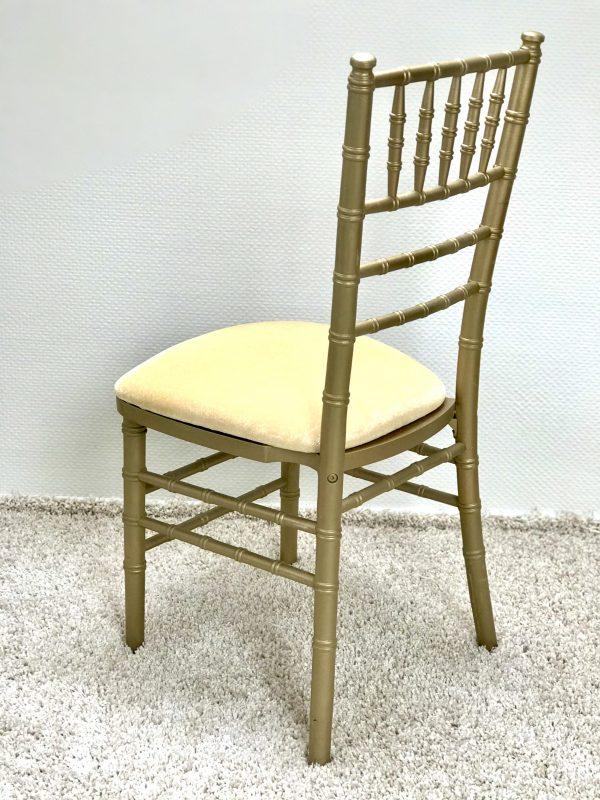 Chiavari kėdė su Aukso spalvos veliūro pagalvėle. Nuomos kaina 3€/Vnt.