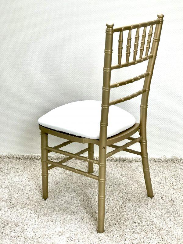 Chiavari kėdė su Ivory spalvos veliūro pagalvėle. Nuomos kaina 3€/Vnt.