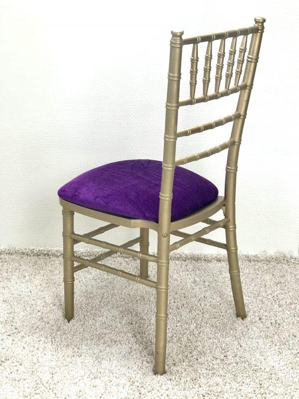 Chiavari kėdė su Violetinės spalvos veliūro pagalvėle. Nuomos kaina 3€/Vnt.