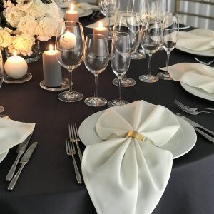 Baltos spalvos stalo servetėlė (Medvilnė) 50x50cm. Nuomos kaina 0,5 €.