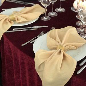 Aukso spalvos stalo servetėlė 50x50cm. Nuomos kaina 0,5 €.