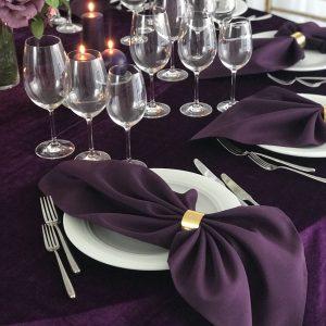 Baklažano spalvos stalo servetėlė 50x50cm. Nuomos kaina 0,5 €.