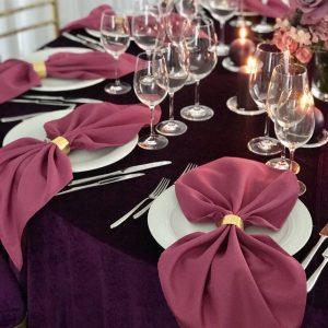 Ciklameno spalvos stalo servetėlė 50x50cm. Nuomos kaina 0,5 €.