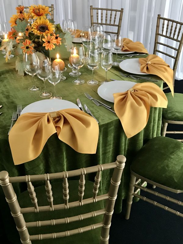 Garstyčių spalvos stalo servetėlė 50x50cm. Nuomos kaina 0,5 €.