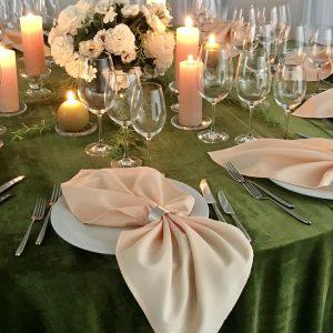 Persiko spalvos stalo servetėlė 50x50cm. Nuomos kaina 0,5 €.
