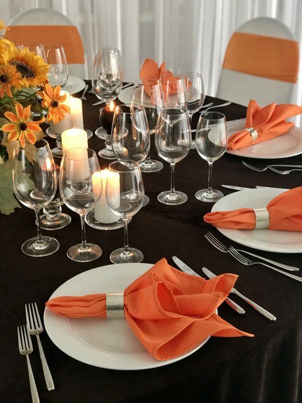 Oranžinės spalvos stalo servetėlė 50x50cm. Nuomos kaina 0,5 €.