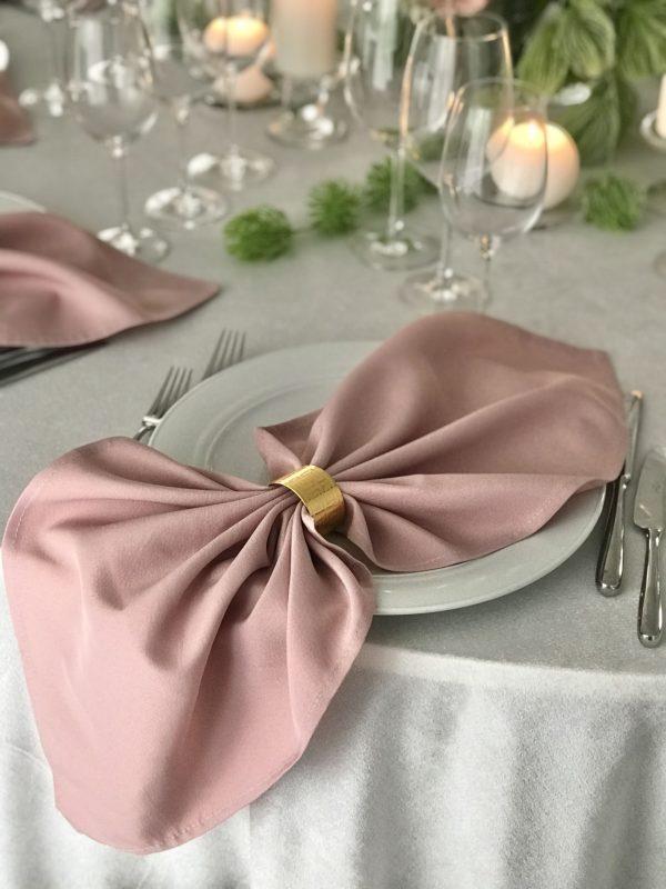 Pelenų rožės spalvos stalo servetėlė 50x50cm. Nuomos kaina 0,5 €.