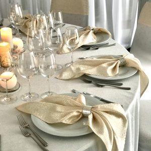 Blizgi Šampano spalvos stalo servetėlė 0,50x0,50 cm. Nuomos kaina 0,5 €.