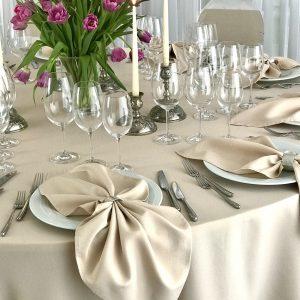 Smėlio spalvos stalo servetėlė 50x50cm. Nuomos kaina 0,5 €.