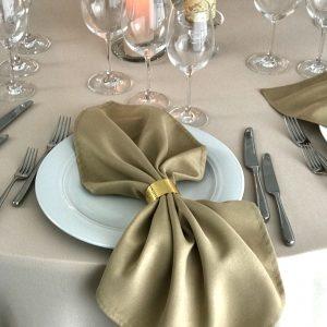 Kapučino spalvos stalo servetėlė 50x50cm. Nuomos kaina 0,5 €.