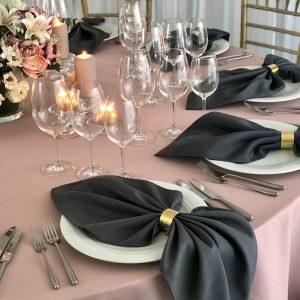 Tamsiai pilkos spalvos stalo servetėlė 50x50cm. Nuomos kaina 0,5 €.