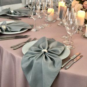 Pilkos spalvos stalo servetėlė 50x50cm. Nuomos kaina 0,5 €.