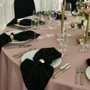 Juodos spalvos stalo servetėlė 50x50cm. Nuomos kaina 0,5 €.