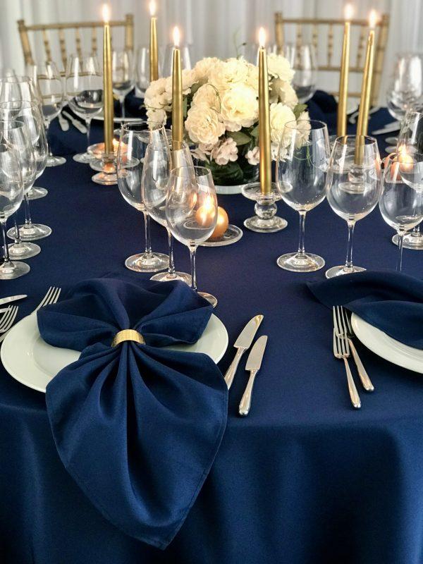 Tamsiai mėlynos spalvos stalo servetėlė 50x50cm. Nuomos kaina 0,5 €.