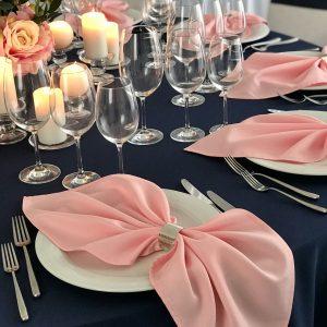 Rožinės spalvos stalo servetėlė 50x50cm. Nuomos kaina 0,5 €.