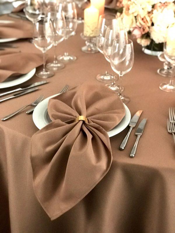 Kakavos spalvos stalo servetėlė 50x50cm. Nuomos kaina 0,5 €.