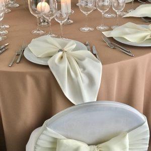 Kreminės spalvos stalo servetėlė 50x50cm. Nuomos kaina 0,5 €.