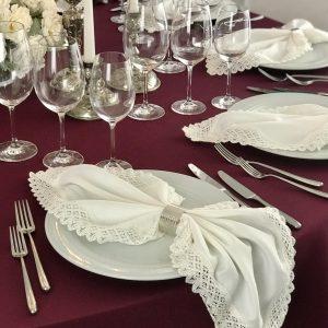 Baltos spalvos su neriniais stalo servetėlė (Medvilnė) 50x50cm. Nuomos kaina 0,8 €.