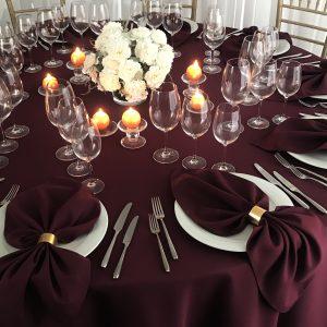 Burgundijos spalvos stalo servetėlė 50x50cm. Nuomos kaina 0,5 €.
