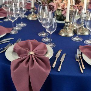 Alyvos spalvos stalo servetėlė 50x50cm. Nuomos kaina 0,5 €.